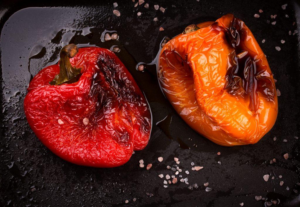 Жареный перец целиком на сковороде с чесноком